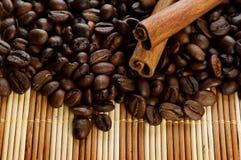 Aromatische de koffiebonen van het handvol met kaneel Stock Afbeeldingen