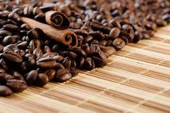 Aromatische de koffiebonen van het handvol met kaneel Royalty-vrije Stock Afbeeldingen