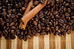 Aromatische de koffiebonen van het handvol met kaneel Royalty-vrije Stock Foto