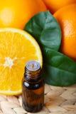 aromatische essentie en sommige verse sinaasappelen stock foto's