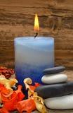 Aromatische Kerze und trockene Blumen Lizenzfreie Stockfotos