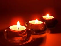Aromatische Kerzen in den Glaskerzenhaltern Lizenzfreie Stockfotos