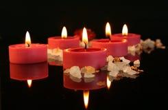 Aromatische Kerzen in der Dunkelheit stockfotos