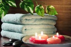 Aromatische Kerzen, Tuch und Blatt Stockfotografie