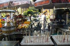 Aromatische Kerzen und lebende Blumen für das Angebot in Emerald Buddha, Bangkok Stockbilder