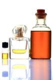 Aromatische olie en parfumflessen Stock Afbeeldingen