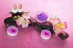 Aromatische olie, zout, kaarsen, stenen en bloem Royalty-vrije Stock Foto
