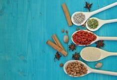 Aromatische specerijenzaden en vruchten in houten lepels stock fotografie