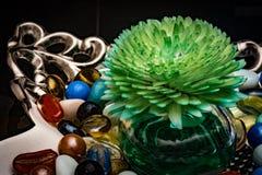 Aromatischer Luftreiniger in der Glasschüssel ein dekorative Stücke für Couchtisch mit bunten Marmoren Stockfotografie