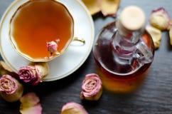 Aromatischer organischer natürlicher Kräutertee von den rosafarbenen Blumenblättern mit Ahornsirup Stockfotografie