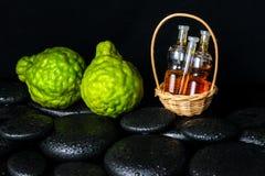 Aromatisches Badekurortkonzept des Flaschenätherischen öls im Korb, Bergamo Lizenzfreie Stockfotos