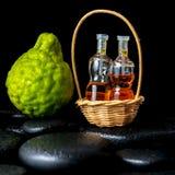 Aromatisches Badekurortkonzept von Bergamottenfrüchten und von Flaschen wesentliches O Stockfotografie