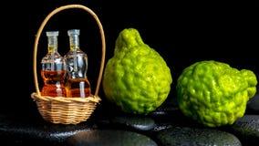 Aromatisches Badekurortkonzept von Bergamottenfrüchten und von Flaschen wesentliches O Stockbilder