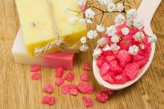 Aromatisches Badesalz und natürliche handgemachte Seife Stockbilder