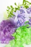 Aromatisches Badesalz und natürliche handgemachte Seife Lizenzfreies Stockbild