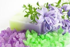 Aromatisches Badesalz und natürliche handgemachte Seife Stockfotografie