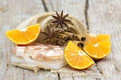 Aromatisk glycerintvål, apelsin och kryddor royaltyfri bild