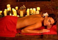 Aromatisk massage och acupressure för oljatryck för ung kvinna royaltyfri bild
