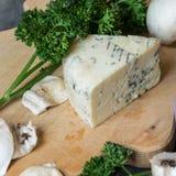 Aromatisk Niva ost på en träskärbräda med ny persilja Royaltyfri Fotografi
