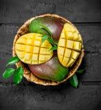 Aromatisk ny mango i en korg arkivfoto