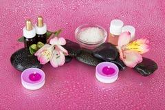 Aromatisk olja, stearinljus och stenar Arkivfoto