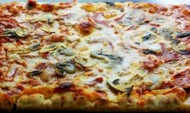 Aromatisk pizza med champinjoner, oliv och mozzarellaen Arkivbild