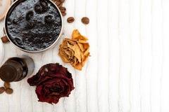 Aromatiska botaniska skönhetsmedel Den torkade örtblommablandningen, aromatiskt hemlagat skurar deg gjord från sump och oljor arkivbild