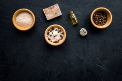 Aromatiska brunnsortskönhetsmedel Choklad - brun brunnsort som är salt på svart utrymme för kopia för bästa sikt för bakgrund Royaltyfria Foton