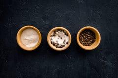 Aromatiska brunnsortskönhetsmedel Choklad - brun brunnsort som är salt på svart utrymme för kopia för bästa sikt för bakgrund Royaltyfri Foto