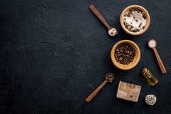 Aromatiska brunnsortskönhetsmedel Choklad - brun brunnsort som är salt på svart utrymme för kopia för bästa sikt för bakgrund Royaltyfria Bilder