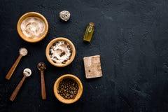 Aromatiska brunnsortskönhetsmedel Choklad - brun brunnsort som är salt på svart utrymme för kopia för bästa sikt för bakgrund Fotografering för Bildbyråer