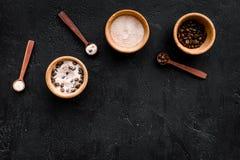 Aromatiska brunnsortskönhetsmedel Choklad - brun brunnsort som är salt på svart utrymme för kopia för bästa sikt för bakgrund Royaltyfri Fotografi