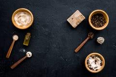 Aromatiska brunnsortskönhetsmedel Choklad - brun brunnsort som är salt på svart utrymme för kopia för bästa sikt för bakgrund Arkivbilder