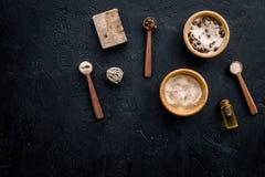 Aromatiska brunnsortskönhetsmedel Choklad - brun brunnsort som är salt på svart utrymme för kopia för bästa sikt för bakgrund Arkivfoton