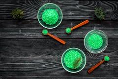 Aromatiska brunnsortskönhetsmedel Gräsplan sörjer brunnsorten som är salt på mörkt träutrymme för kopia för bästa sikt för bakgru Fotografering för Bildbyråer