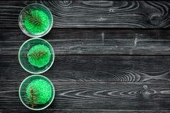 Aromatiska brunnsortskönhetsmedel Gräsplan sörjer brunnsorten som är salt på mörkt träutrymme för kopia för bästa sikt för bakgru Arkivfoton