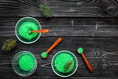 Aromatiska brunnsortskönhetsmedel Gräsplan sörjer brunnsorten som är salt på mörkt träutrymme för kopia för bästa sikt för bakgru Arkivfoto