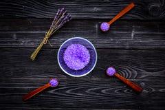Aromatiska brunnsortskönhetsmedel Violett brunnsort för lavendel som är salt på bästa sikt för mörk träbakgrund Royaltyfri Bild