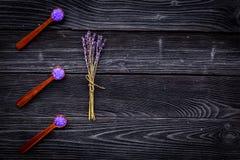 Aromatiska brunnsortskönhetsmedel Violett brunnsort för lavendel som är salt på mörkt träutrymme för kopia för bästa sikt för bak Royaltyfria Foton