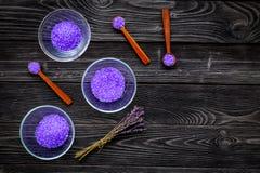 Aromatiska brunnsortskönhetsmedel Violett brunnsort för lavendel som är salt på mörkt träutrymme för kopia för bästa sikt för bak Arkivfoton
