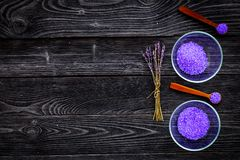 Aromatiska brunnsortskönhetsmedel Violett brunnsort för lavendel som är salt på mörkt träutrymme för kopia för bästa sikt för bak Royaltyfria Bilder