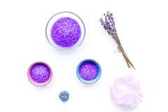 Aromatiska brunnsortskönhetsmedel Violett brunnsort för lavendel som är salt på vitt utrymme för kopia för bästa sikt för bakgrun Arkivbilder