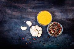 Aromatiska kryddor på träbakgrund Royaltyfri Bild
