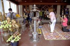 Aromatiska stearinljus och knoppar av lotusblomma för att erbjuda i templet av Emerald Buddha Arkivfoton