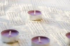 Aromatiska stearinljus på en halsduk royaltyfri bild