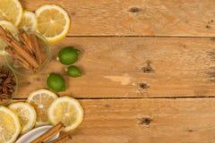 Aromatiska stekheta ingredienser på en lantlig tabell Arkivbild