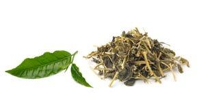 Aromatiskt grönt te på vit bakgrund Arkivbild