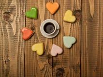 Aromatiskt kaffe och färgrika kex Royaltyfria Foton