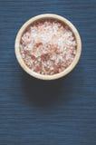 Aromatiskt salt för bad i bunke royaltyfria bilder