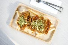 Aromatizzi le costole di carne di maiale servite con le patatine fritte al forno fotografia stock